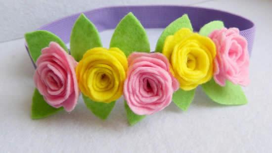 Belle tiare avec des fleurs en feutre