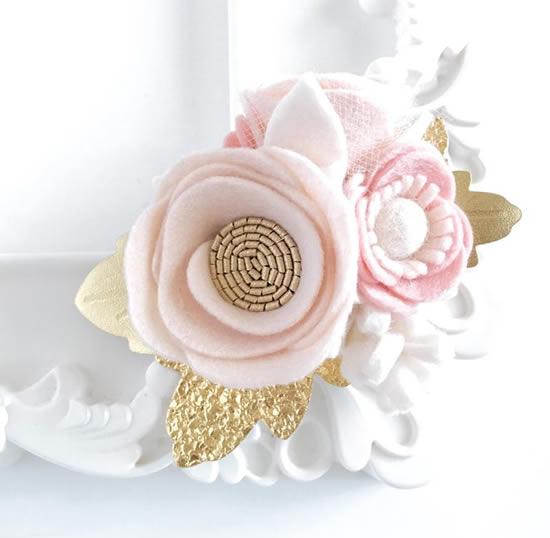 Ornements de fleurs en feutre