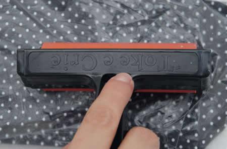 fixation du tissu avec de la colle sur la couverture