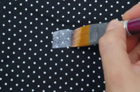 Peindre le tissu avec de la colle de couverture