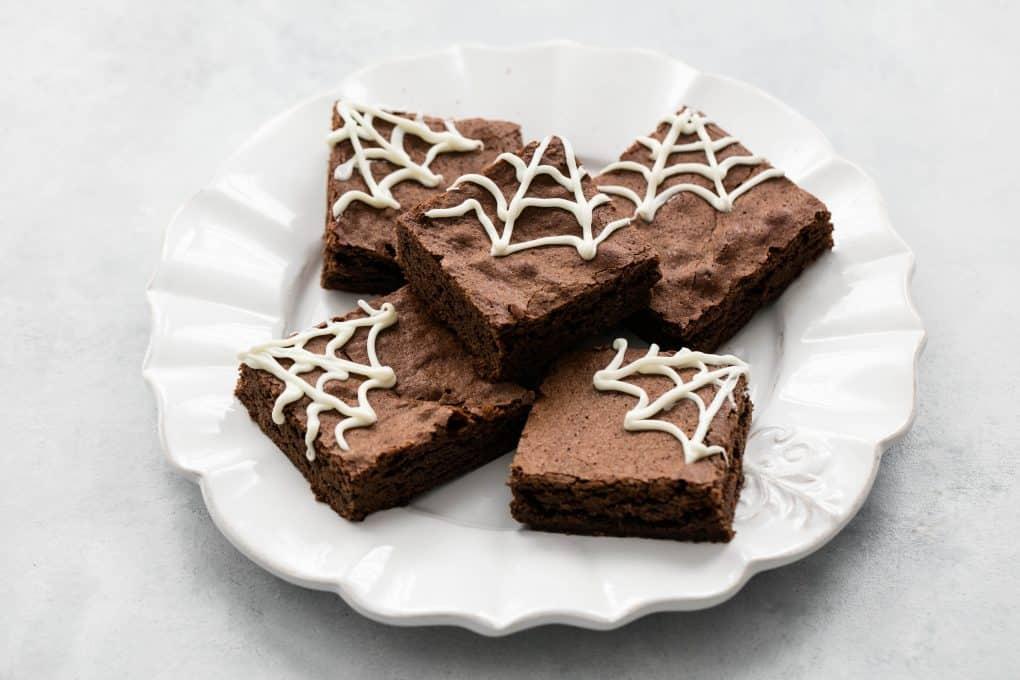 brownie au chocolat décoré de toiles d'araignée en chocolat blanc