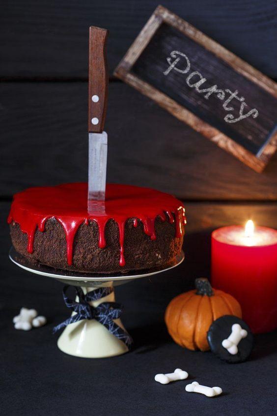 Gâteau au chocolat avec du sirop rouge et un couteau sur le dessus