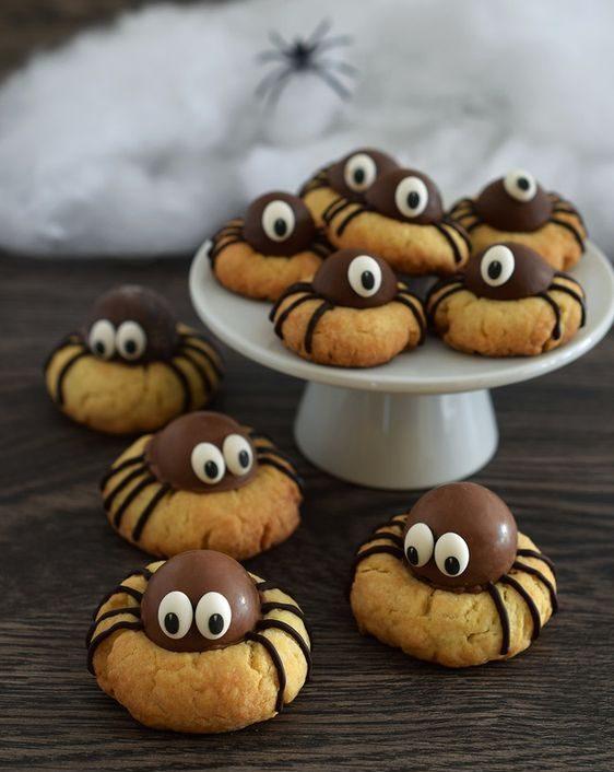 Biscuits aux truffes au chocolat sur le dessus simulant une araignée