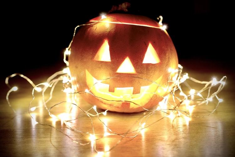 Citrouille sur le thème d'Halloween et décorée de lumières