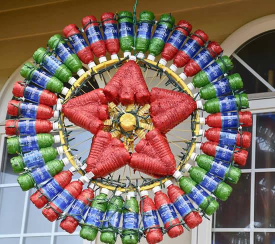 Guirlande de Noël avec des bouteilles en PET