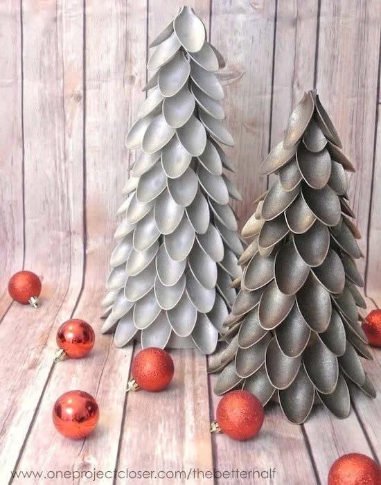 Sapin de Noël avec cuillères en plastique