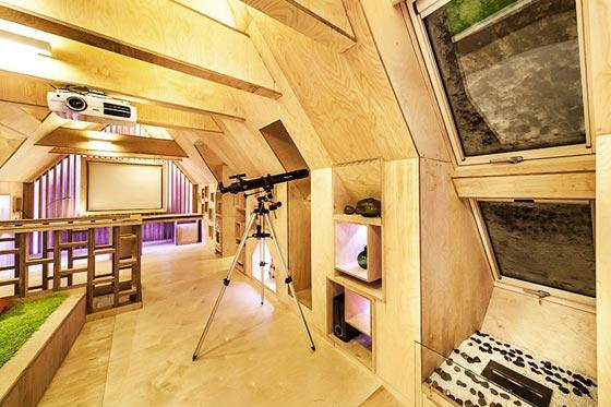 Intérieur du grenier dans une maison en rondins