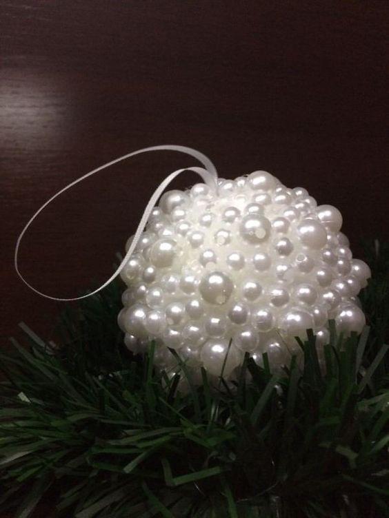 Boule de Noël avec boule de polystyrène et perles