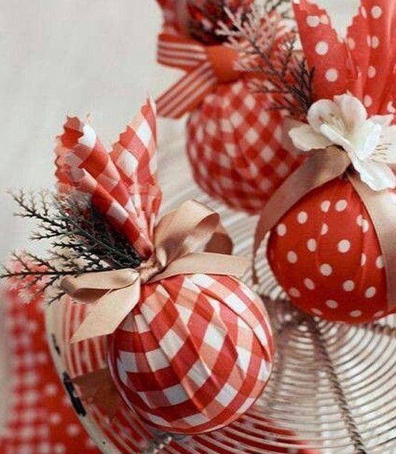 Décoration de Noël avec boule en polystyrène.