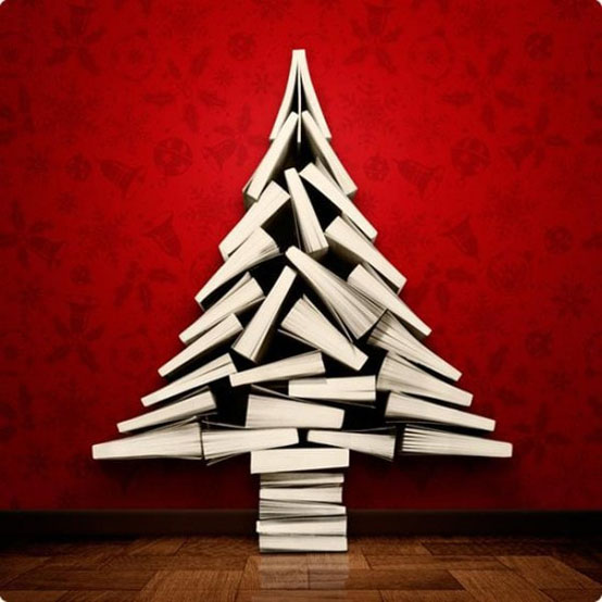 Arbre de Noël inhabituel fait de livres