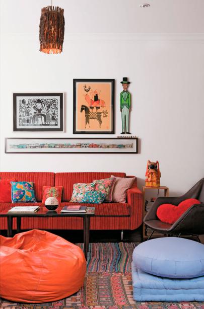 Tapis Maroc, peintures Recife et pouf Tsuruya dans le futon de l'appartement du rez-de-chaussée du journaliste Denis Russo Burgierman et designer, Joana Amador, à Pinheiros.