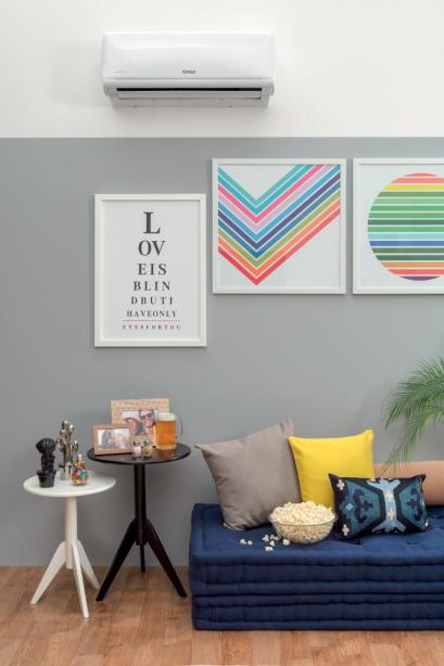 """""""Nous aimons toujours jouer avec les couleurs.  Nous avons opté pour une vue principale avec une couleur plus forte et plus foncée, ce qui laisse l'atmosphère chaleureuse et élégante.  Mais, considérant que l'espace n'est pas grand, nous avons également apporté une peinture personnalisée avec le demi-mur gris clair et le reste blanc.  Cela permet également de jouer avec la disposition des images sur le mur, car cela délimite la hauteur qu'elles seront et leur permet d'être plus colorées et vibrantes, comme ce fut le cas dans ce projet."""", explique Fernanda."""