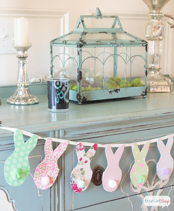 Guirlande pour la décoration de Pâques avec des lapins en tissu
