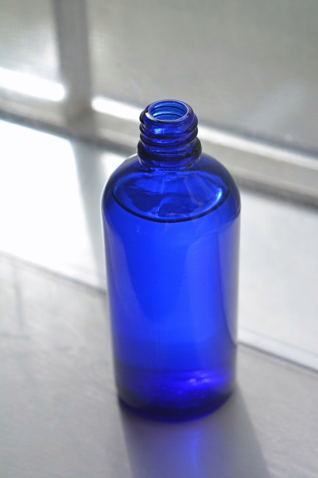 paquet bleu avec du liquide à l'intérieur sur un banc en pierre