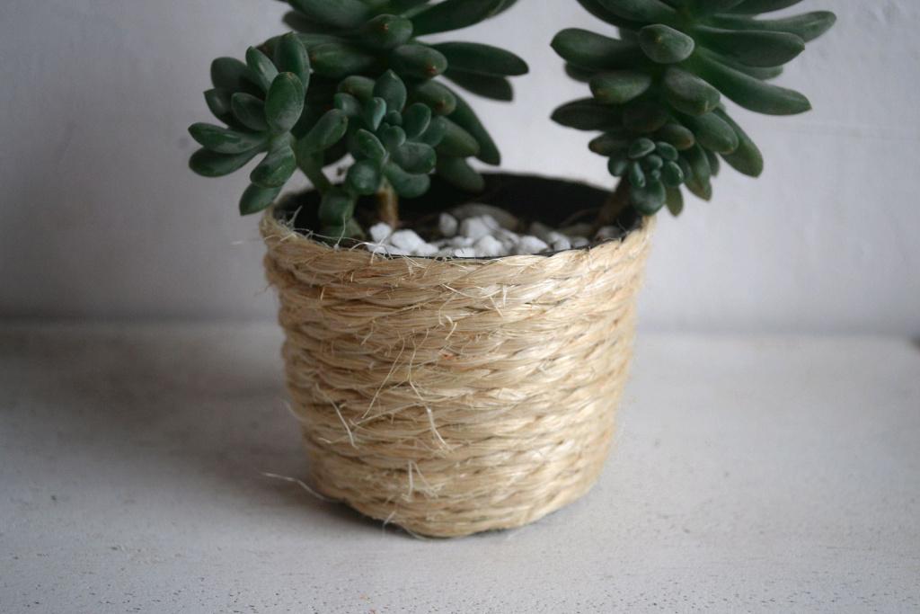 Cache-pot décoré de sisal