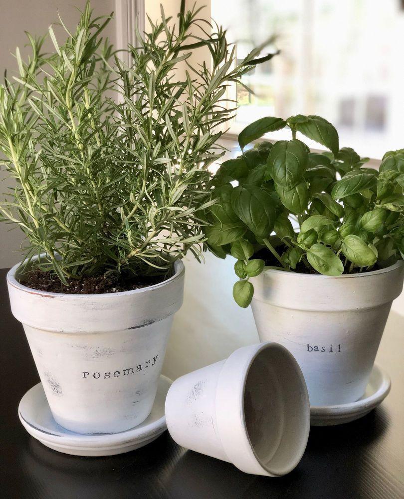 Vase en assiette décoré d'une plaque signalétique