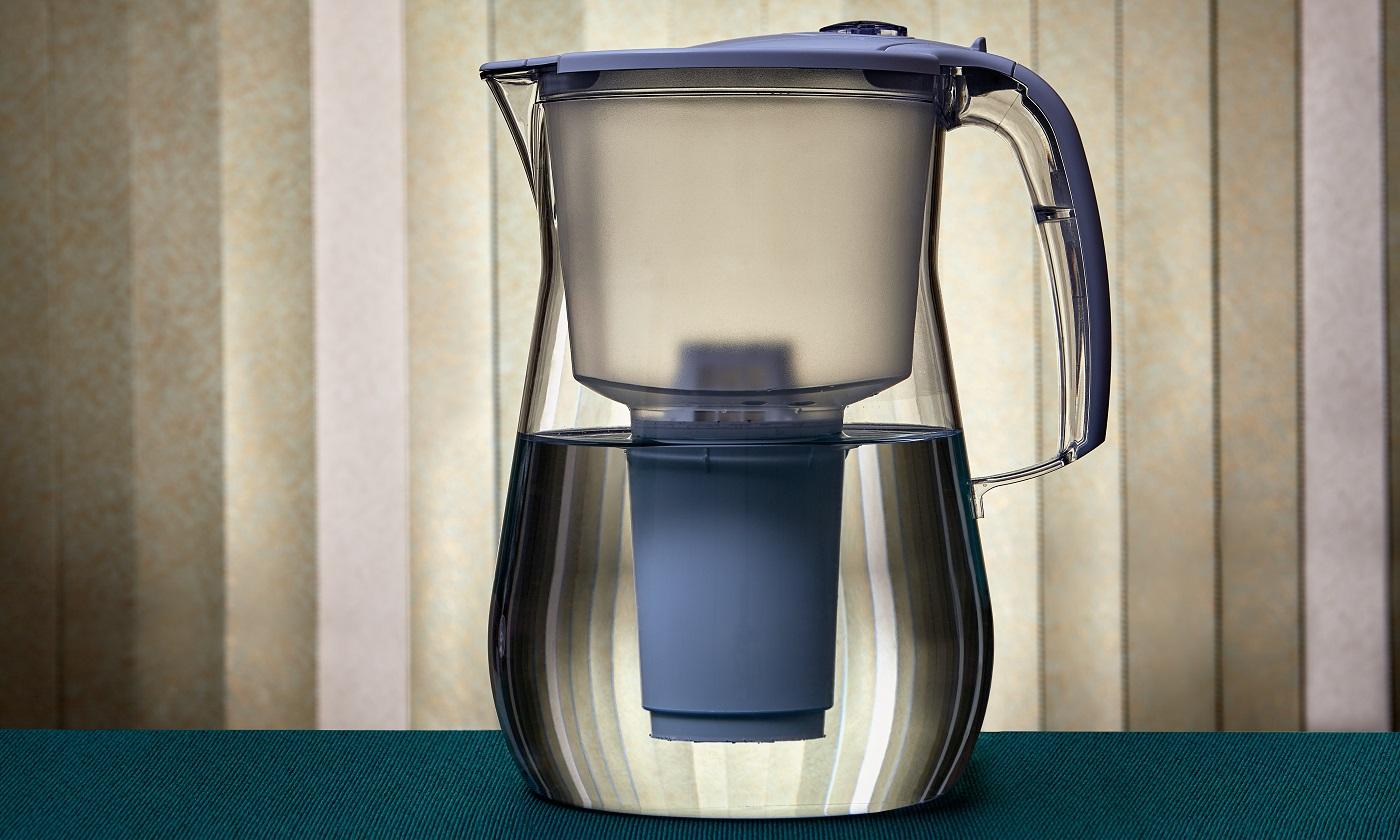 Pichet pour filtrer le liquide avec la possibilité de changer la cartouche filtrante.  Système de purification d'eau potable à domicile.