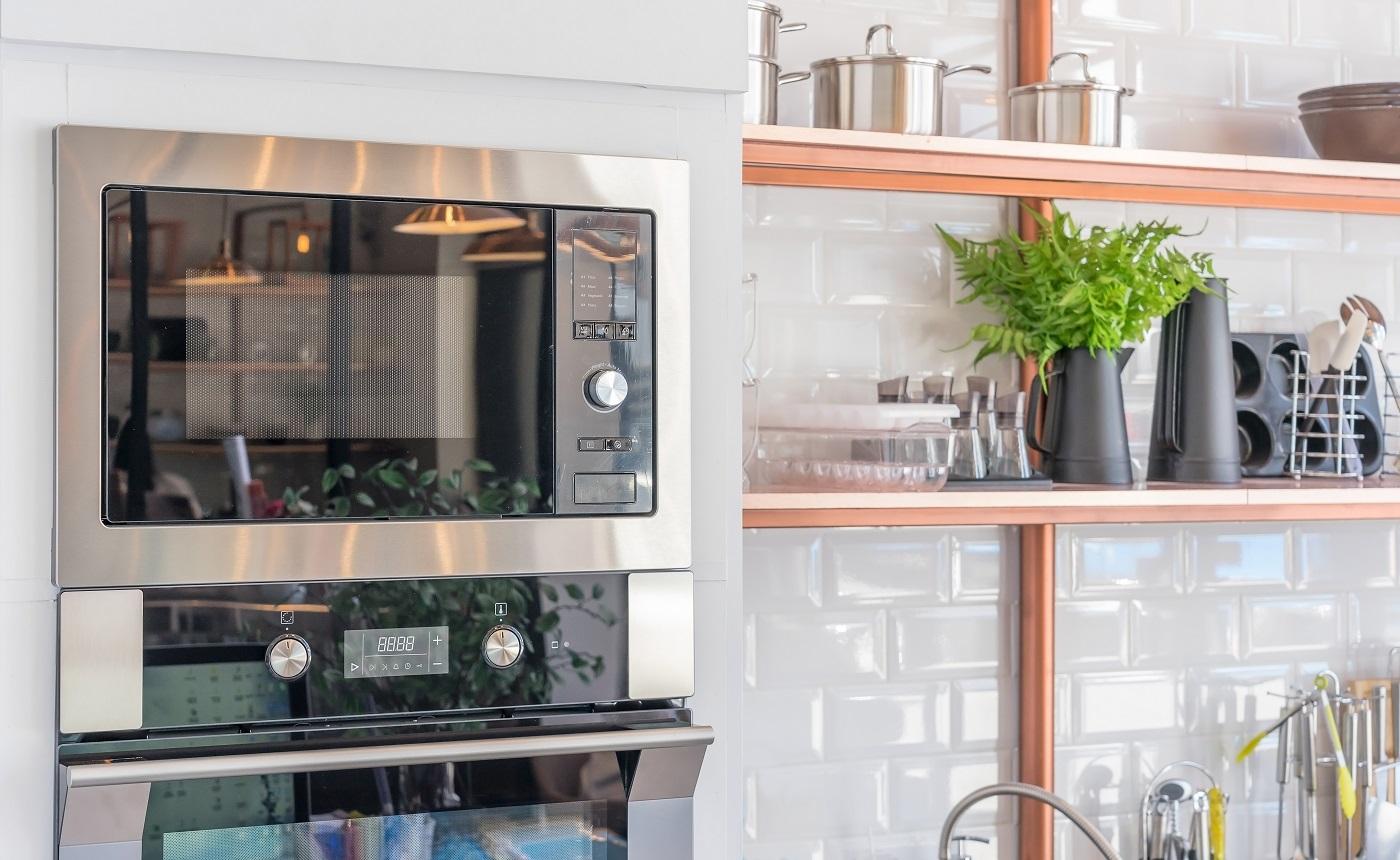 Intérieur de cuisine moderne avec nouveau four