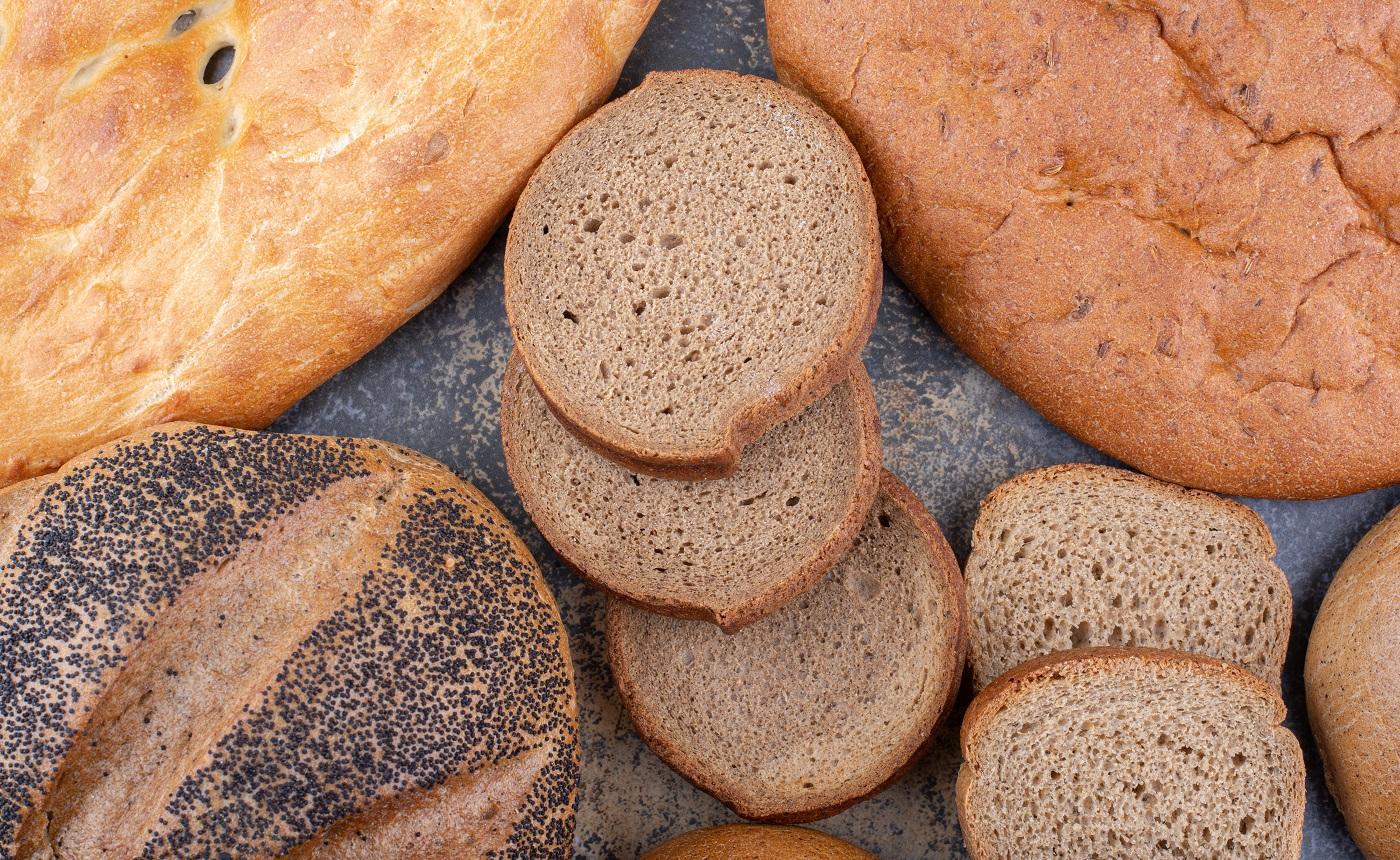 Variété de types de pain regroupés sur fond de marbre.  photo de haute qualité